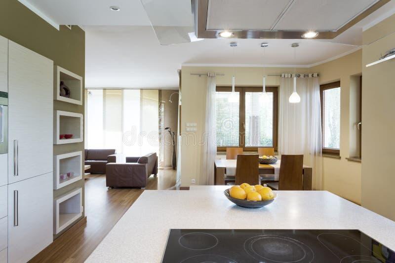 Isla de cocina blanca con el cooktop eléctrico imagen de archivo