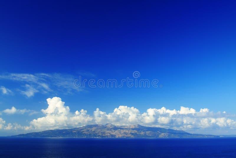 Isla de Corfú vista de Sarande foto de archivo