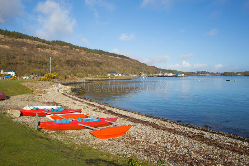 Isla de Craignure Mull Argyll y de la opinión británica de Escocia del Bute al puerto de transbordador imagenes de archivo