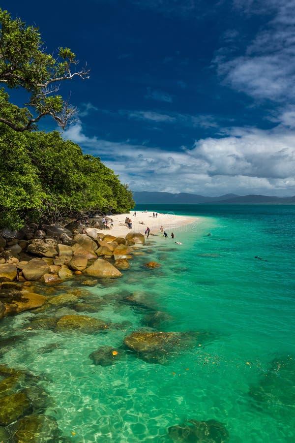 Isla de Fitzroy, AUS - 14 de abril de 2017: Playa de Nudey en Fitzroy Isla fotos de archivo