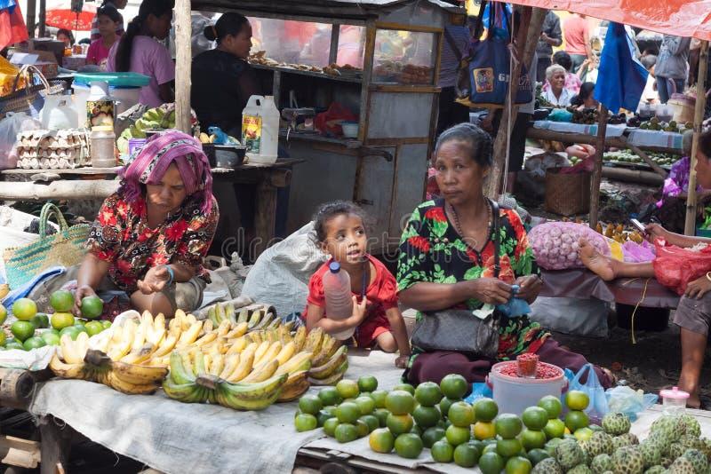 ISLA DE FLORES, INDONESIA, 2012-04-18: grandsmas y SE del muchacho imagenes de archivo