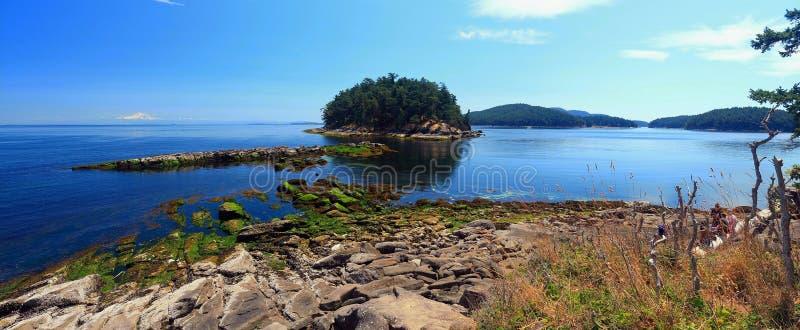 Isla de Georgeson en la luz de la tarde, parque nacional de las islas del golfo, Columbia Británica, Canadá imagen de archivo