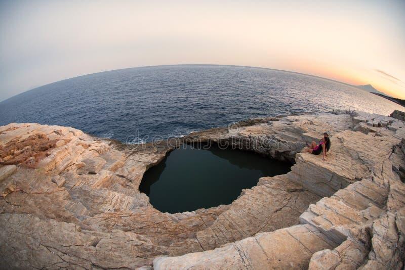 Isla de Giola Thasos en la puesta del sol imágenes de archivo libres de regalías
