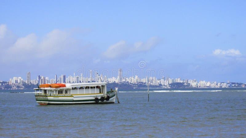 Isla de Itaparica del viaje del barco grande a partir de marzo a Salvador, Bahía, el Brasil foto de archivo libre de regalías