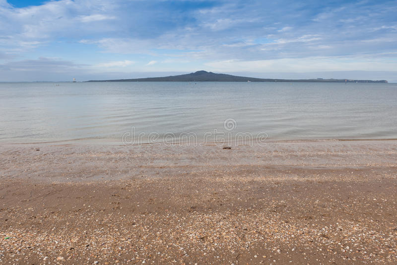 Isla de la opinión de la bahía de la misión, Auckland, Nueva Zelanda de Rangitoto imagen de archivo