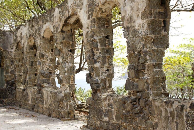 Isla de la paloma en St Lucia en el del Caribe - ruinas militares del fuerte foto de archivo