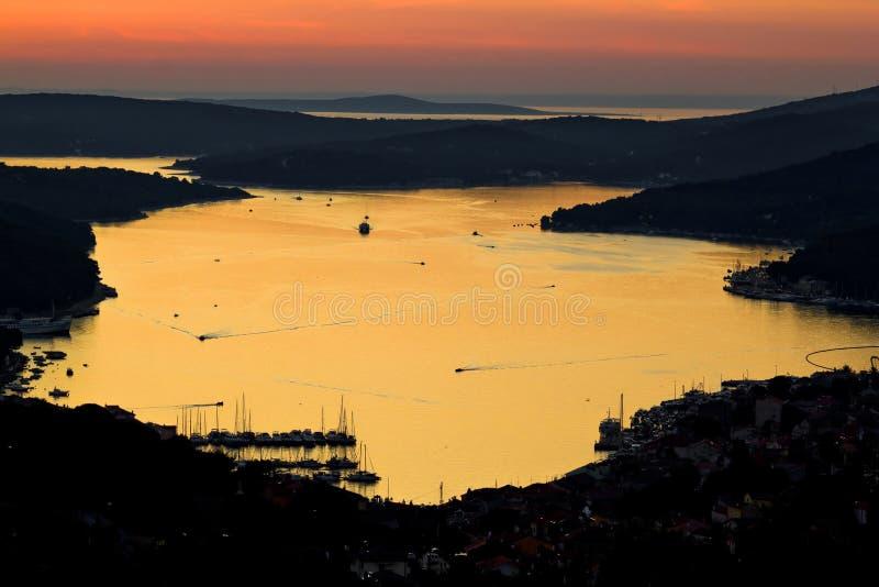 Isla de la reflexión de la bahía de Losinj en la puesta del sol fotos de archivo libres de regalías