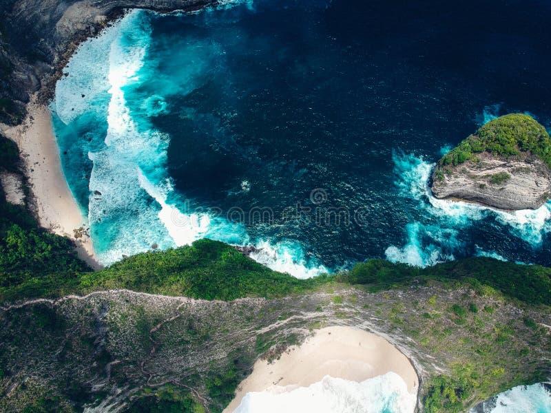 Isla de la roca desde arriba en el océano cerca de la playa de Nusa Penida Kelingking fotos de archivo libres de regalías