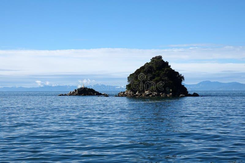 Isla de la roca en Abel Tasman National Park, Nueva Zelanda foto de archivo libre de regalías