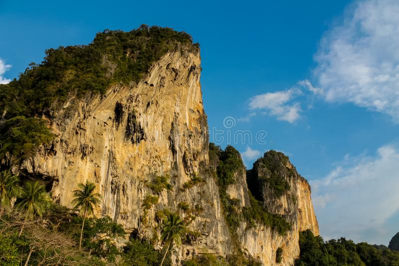 Isla de la roca de la piedra caliza en el mar de Andaman Tailandia foto de archivo libre de regalías