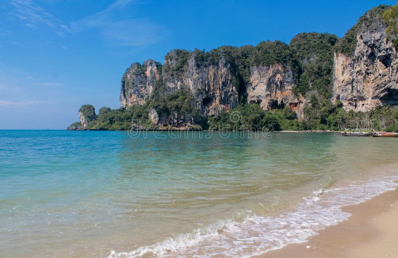 Isla de la roca de la piedra caliza en el mar de Andaman Tailandia imagen de archivo