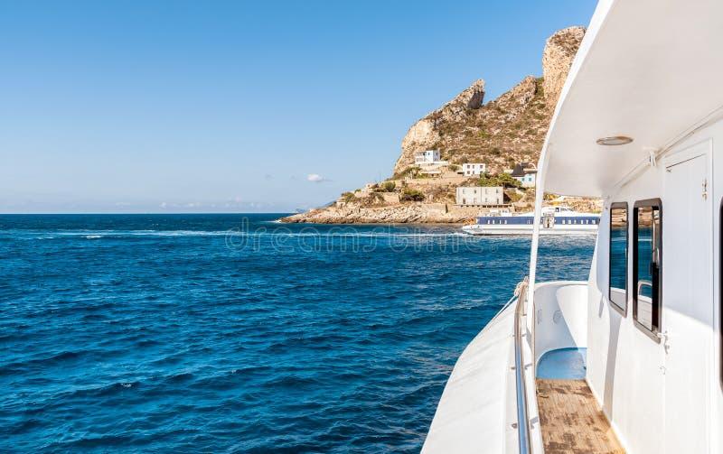 Isla de Levanzo en el mar Mediterráneo, Italia imagenes de archivo
