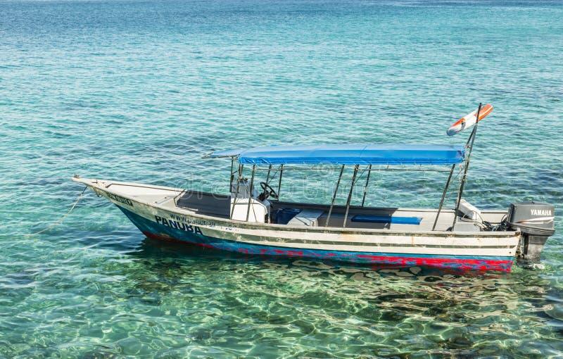 ISLA DE MALASIA TIOMAN 1 DE JULIO DE 2017: pequeño taxi viejo del mar que flota en el mar azul foto de archivo libre de regalías