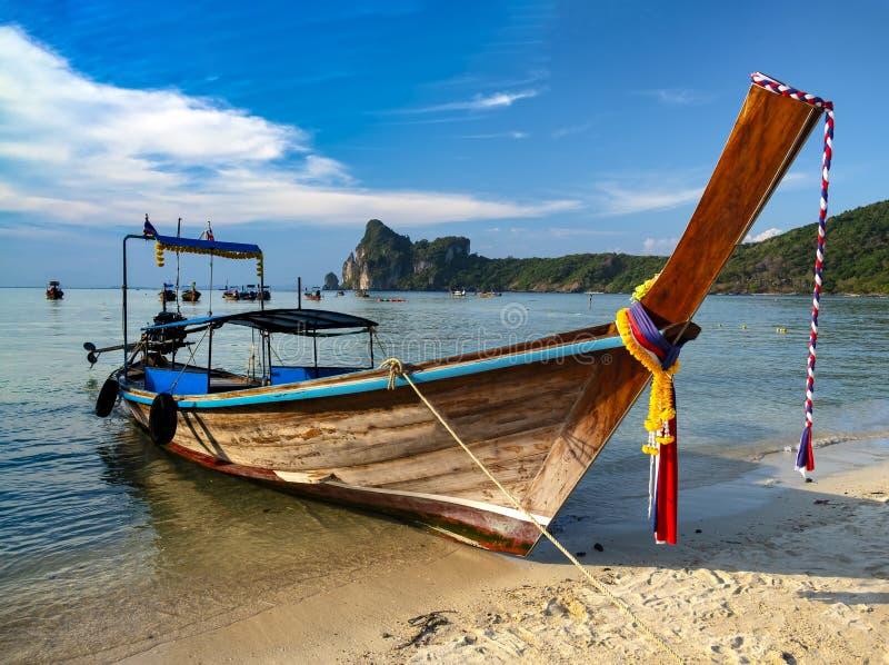 Isla de Phi Phi de la playa de Loh Dalum imagen de archivo