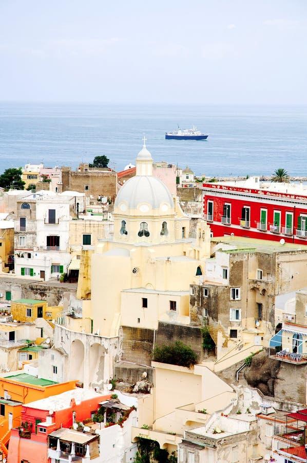 Isla de Procida cerca de Nápoles, Italia - vista de una iglesia, de edificios viejos y de un mar fotografía de archivo
