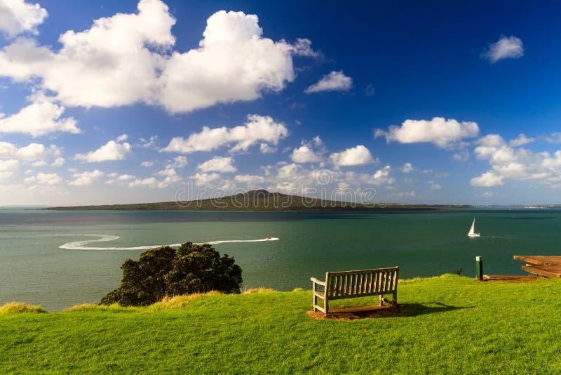 Isla de Rangitoto y golfo de Hauraki de Devonport, Auckland, Nueva Zelanda imagenes de archivo