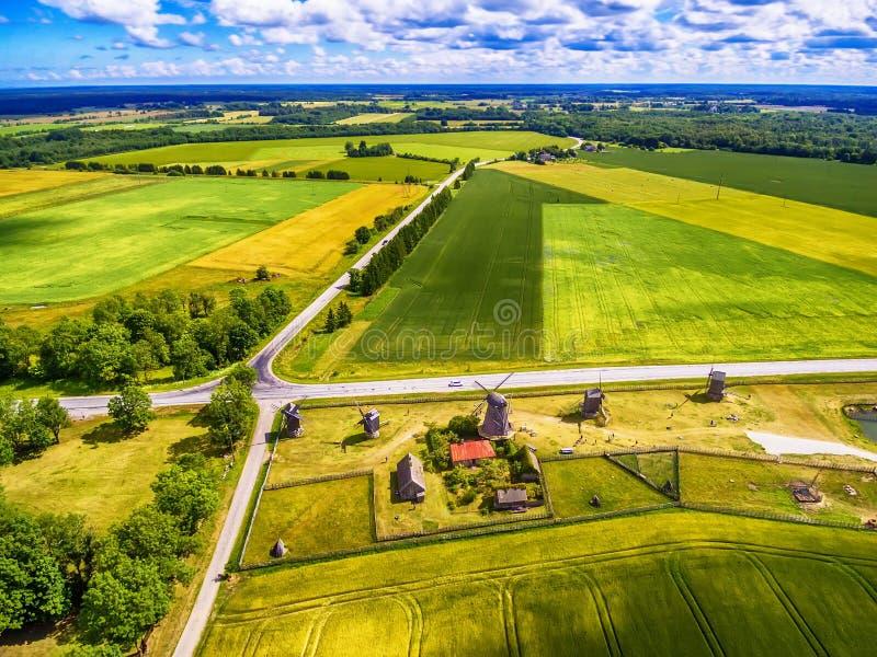 Isla de Saarema, Estonia: vista aérea de los campos del verano y de los molinoes de viento de Angla en la parroquia de Leisi imágenes de archivo libres de regalías