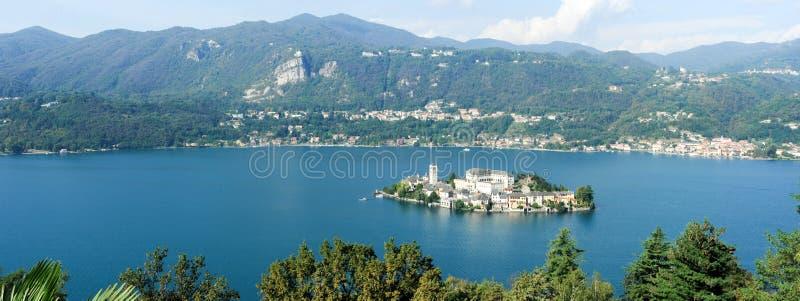 Isla de San Julio en el lago D'Orta imagenes de archivo