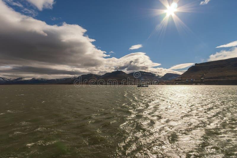 Isla de Spitsbergen en el mar ártico imagenes de archivo