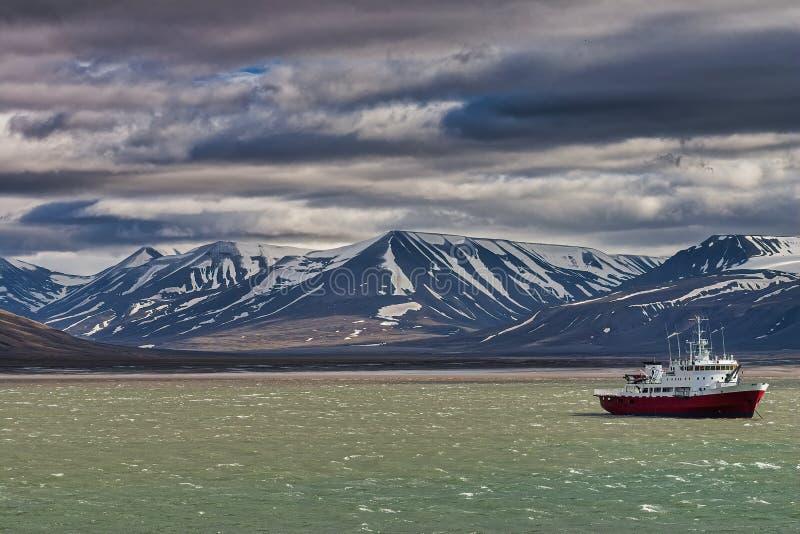Isla de Spitsbergen en el mar ártico fotos de archivo libres de regalías