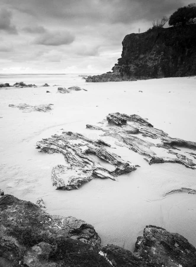 Isla de Stradbroke de la playa de Deadmans blanco y negro fotografía de archivo