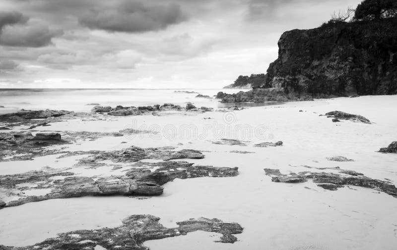 Isla de Stradbroke de la playa de Deadmans blanco y negro foto de archivo