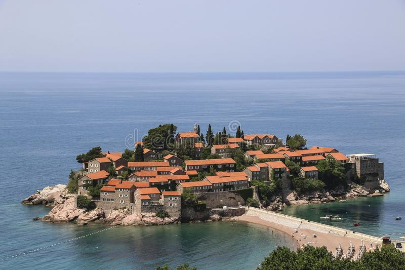 Isla de Sveti Stefan cerca de la ciudad de Budva en la costa adriática, Montenegro imágenes de archivo libres de regalías