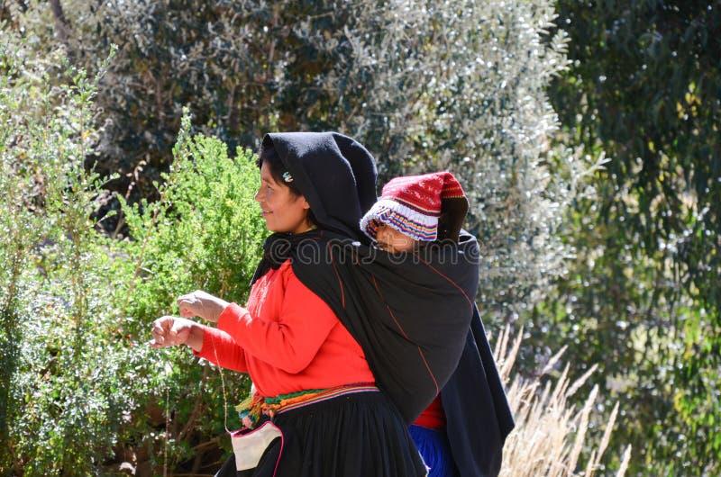 ISLA DE TAQUILE, PUNO, PERÚ 31 DE MAYO DE 2013: La gente de la comunidad de Aymara, en sus trajes coloridos, es famosa por su dic fotografía de archivo libre de regalías