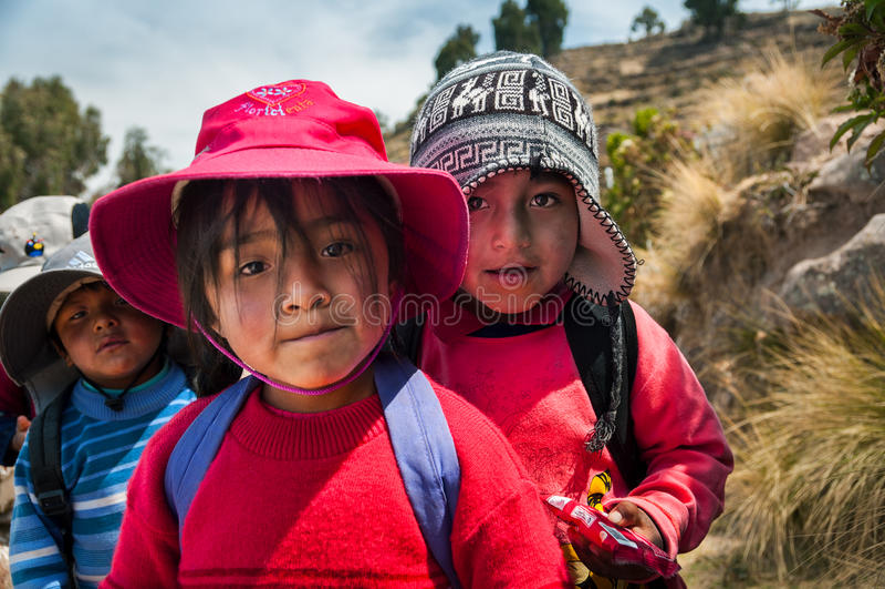 ISLA DE TAQUILE, PUNO, PERÚ - 13 DE OCTUBRE DE 2016: Ciérrese encima del retrato de niños peruanos fotografía de archivo