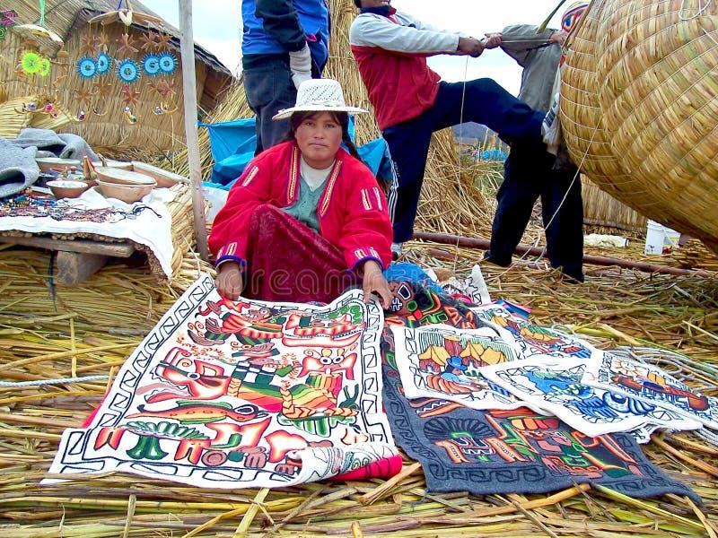 ISLA de UROS - el LAGO TITICACA - PERÚ, enero, 3, 2007: Mujer no identificada de Uros con los artes en vestido tradicional fotos de archivo