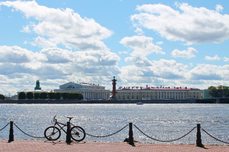 Isla de Vasilievsky - visión desde la isla de Zayachy St Petersburg imagen de archivo