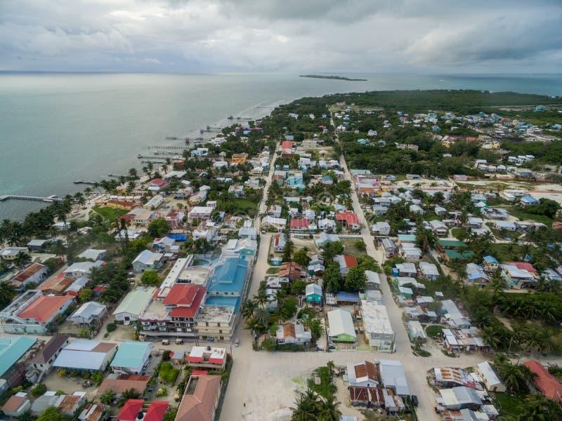 Isla del calafate de Caye en Belice Cielo nublado de la mañana y mar del Caribe en fondo imagen de archivo libre de regalías
