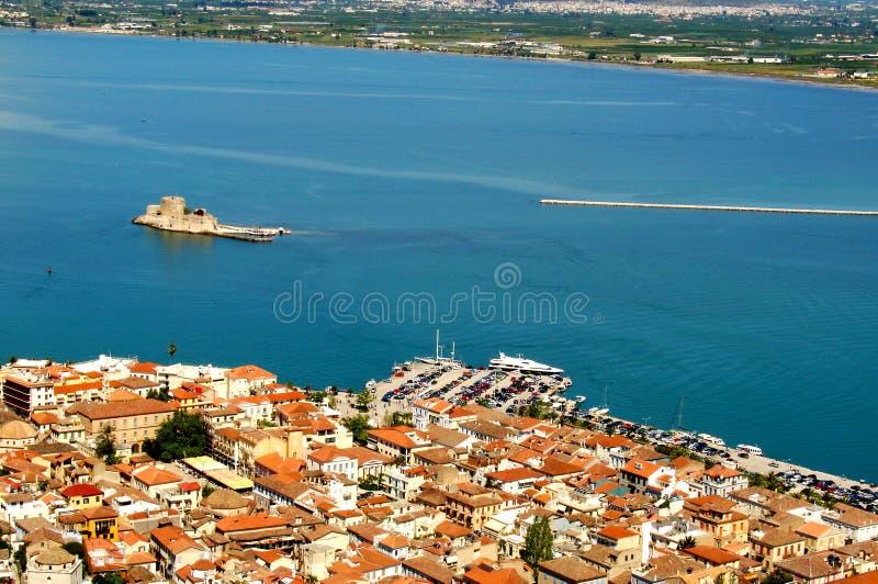 Isla del castillo de Nafplio y de Bourtzi desde arriba foto de archivo