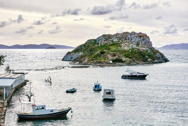 Isla del conejo, barcos de pesca y Mar Egeo en Bodrum, Gumusluk, Mugla, Turquía foto de archivo libre de regalías