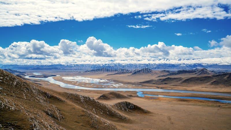 Isla del coraz?n del r?o de Kaidu en Bayanbulak en primavera fotos de archivo libres de regalías