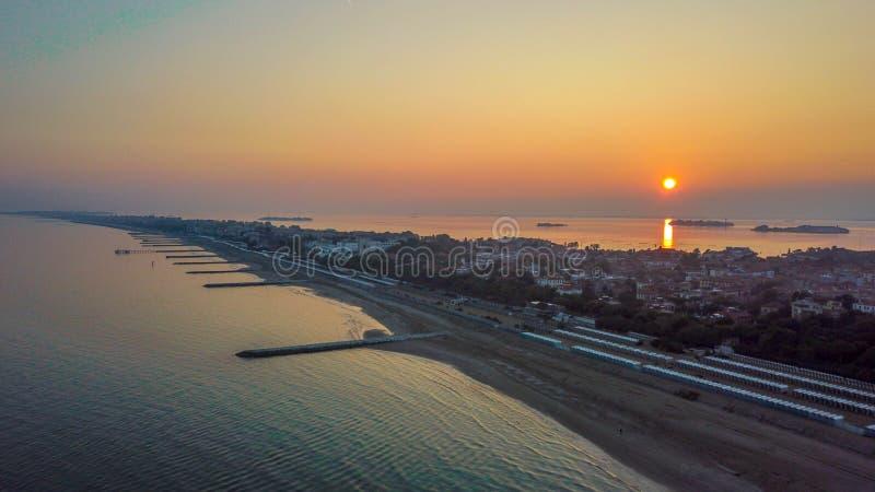 Isla del lido de la puesta del sol del cielo de Venecia imagenes de archivo
