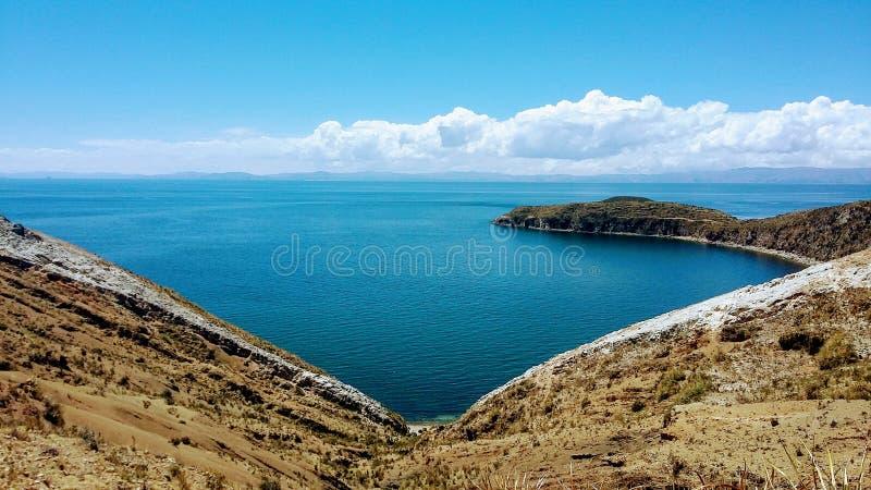 Isla del Sol en el corazón de Titicaca fotografía de archivo