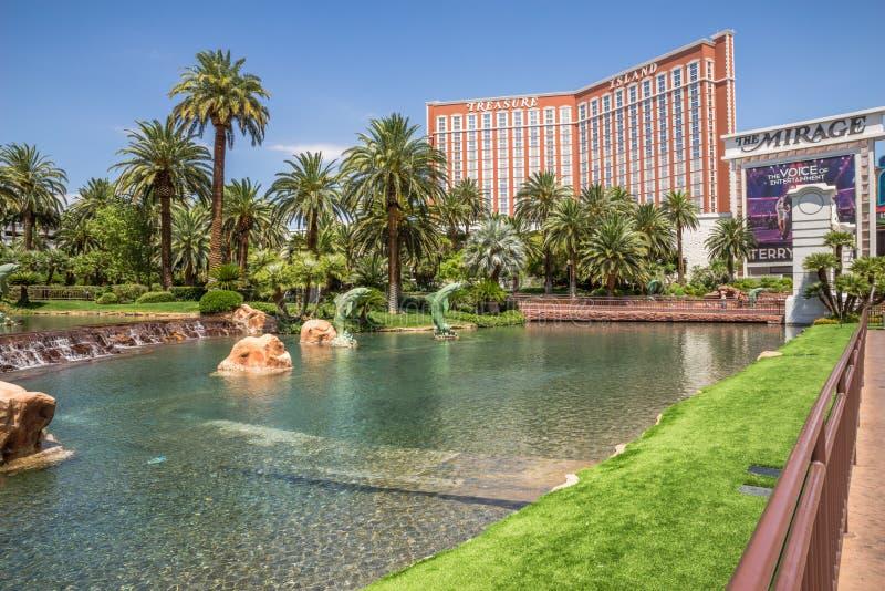 Isla del tesoro y el hotel y el casino del espejismo fotografía de archivo