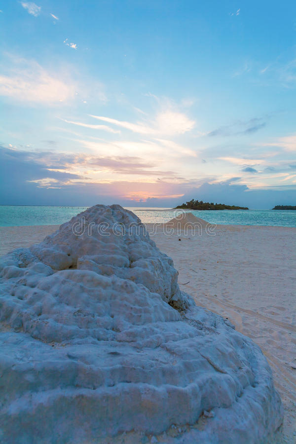Isla desierta en el Océano Índico en la puesta del sol, Maldivas fotos de archivo