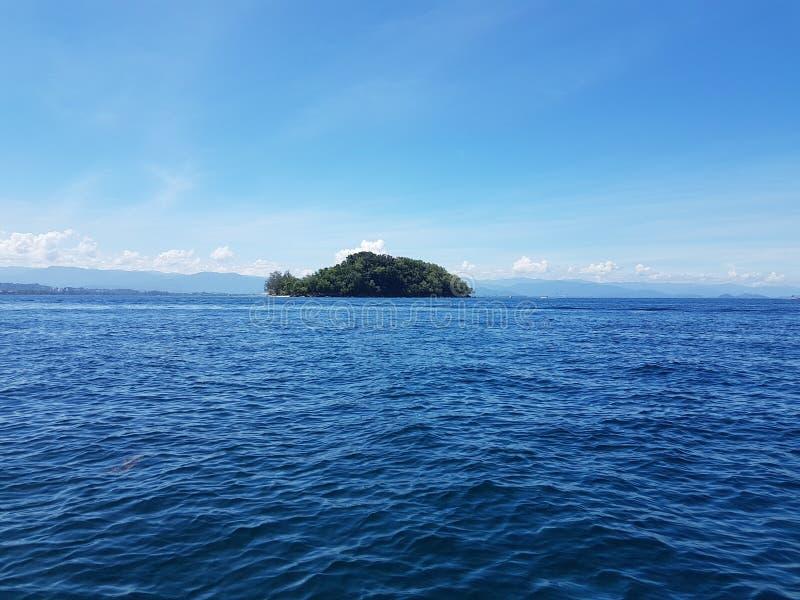 Isla en el mar imagen de archivo