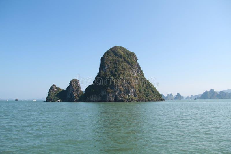 Isla en el mar - ha Viet Nam larga fotografía de archivo