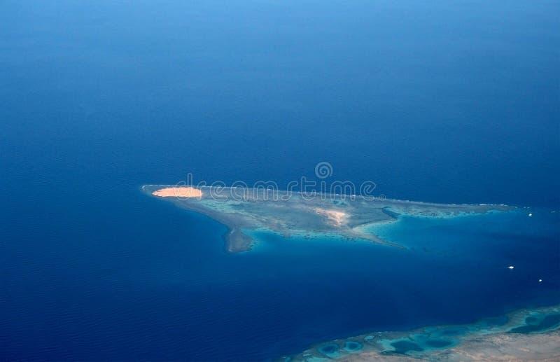 Isla en el Mar Rojo (visión desde el plano) imágenes de archivo libres de regalías