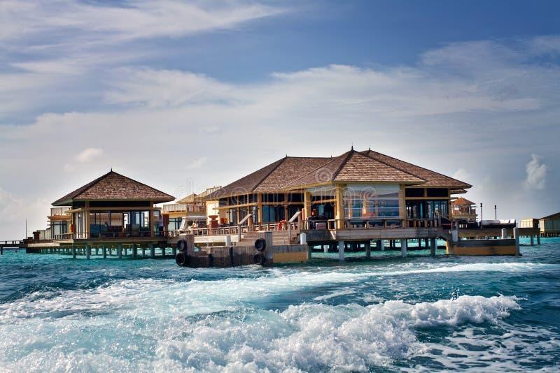 Isla en el océano, chalet del overwater maldivo fotos de archivo libres de regalías