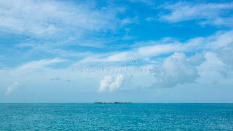 Isla en el océano debajo del cielo azul cerca de Key West, la Florida, los E.E.U.U. foto de archivo