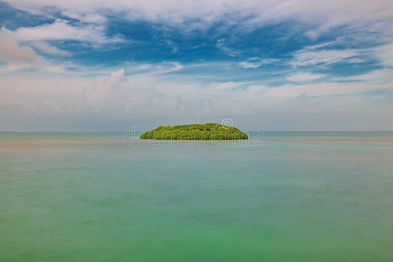 Isla en el océano debajo del cielo azul cerca de Key West, la Florida, los E.E.U.U. fotos de archivo