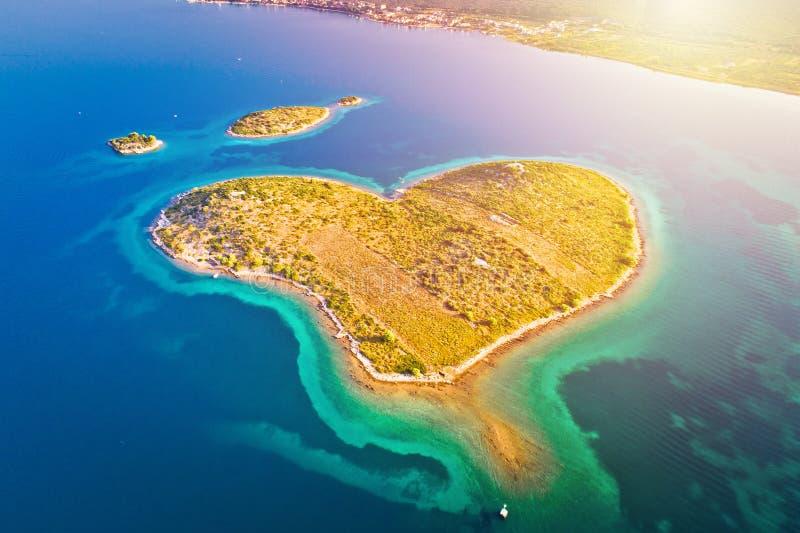 Isla en forma de corazón de Galesnjak en la opinión aérea del archipiélago de Zadar imagen de archivo libre de regalías