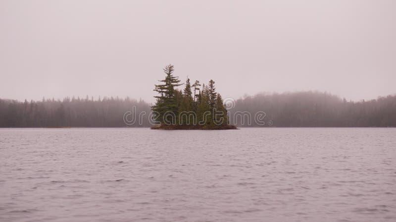 Isla en la niebla fotografía de archivo