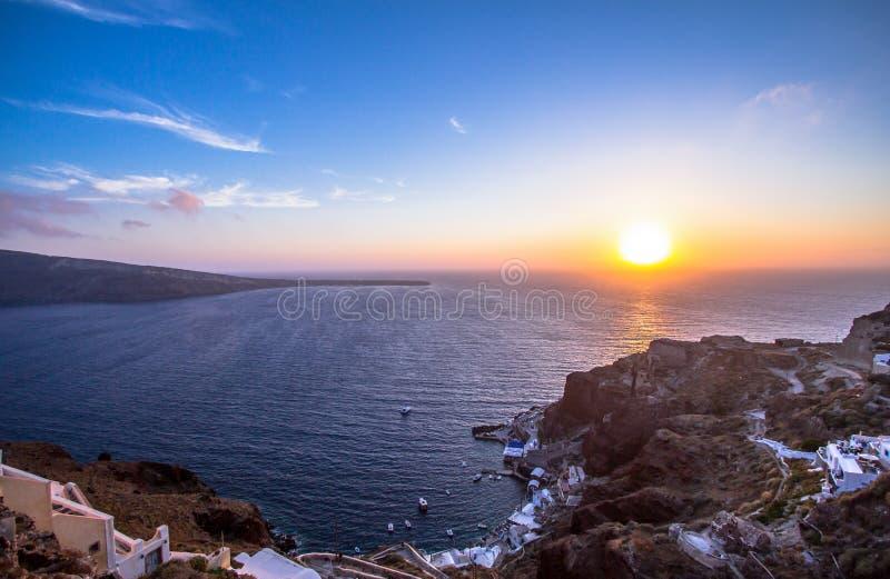 Isla en puesta del sol, Grecia de Santorini foto de archivo libre de regalías