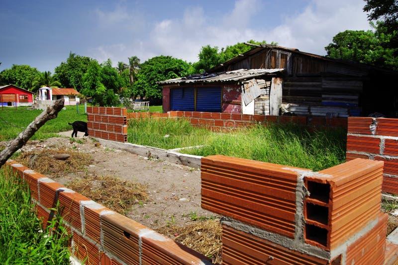 Isla Grande - hus under konstruktion Oavslutat hus för röd tegelsten arkivbild
