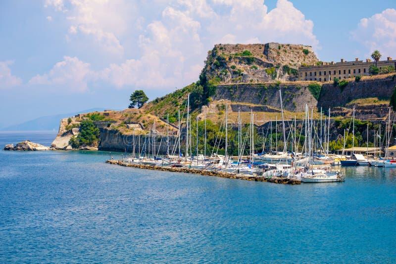 Isla hermosa de Corfú y de la fortaleza vieja en el primero plano del mar azul maravilloso Kerkyra fotografía de archivo